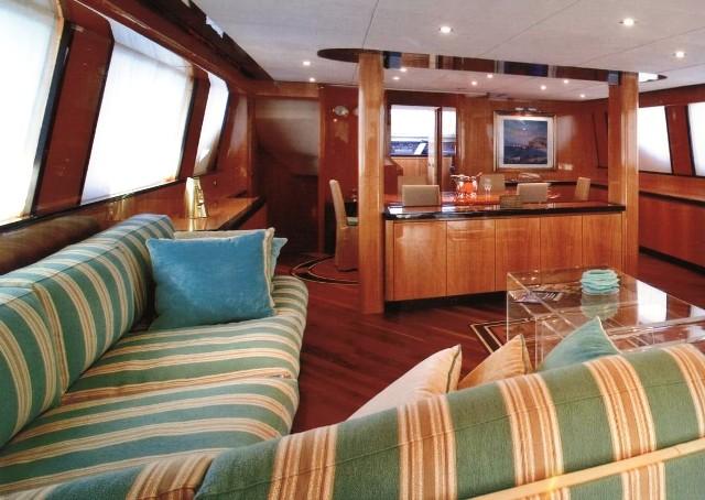http://www.amphitrion-yachting.com/boats/sin/salon.jpg
